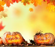 Furchtsam hallowen Kürbise auf Holz Lizenzfreies Stockfoto