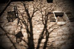 Furchtsame alte Backsteinmauer und Schatten Stockbild