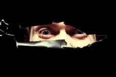 Furchtsame Augen einer Mannspionage Stockfotos