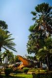 Furchtsame Chalawan-Krokodilstatue an Bueng-Si Fai, der allgemeine Park mit See an Muang-Bezirk, Pichit-Provinz, Thailand Chalawa Lizenzfreie Stockfotografie