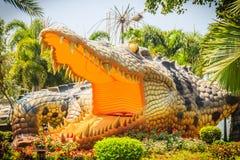 Furchtsame Chalawan-Krokodilstatue an Bueng-Si Fai, der allgemeine Park mit See an Muang-Bezirk, Pichit-Provinz, Thailand Chalawa Lizenzfreies Stockfoto