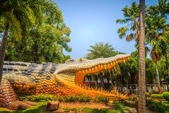 Furchtsame Chalawan-Krokodilstatue an Bueng-Si Fai, der allgemeine Park mit See an Muang-Bezirk, Pichit-Provinz, Thailand Chalawa Stockfoto
