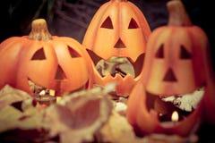 Furchtsame Halloween-Kürbissteckfassung-olaternenkerze beleuchtet Stockbilder