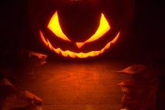 Furchtsame Halloween-Nacht mit gespenstischem schlechtem Gesicht der Laterne der Steckfassung O an der Spitze Lizenzfreies Stockbild