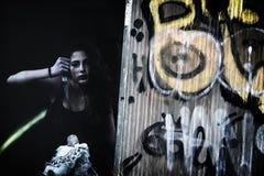 Furchtsame junge Frau mit Puppe Stockbild