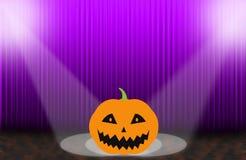 Furchtsame Kürbise auf dem purpurroten steigenden Vorhang Lizenzfreie Stockfotografie