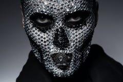 Furchtsame kreative Frau mit dem Schädel Stockfoto