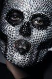 Furchtsame kreative Frau mit dem Schädel auf Gesicht Stockfotografie