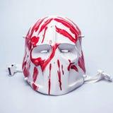 Furchtsame Maske umfasst mit roter Farbe/Blut stockfotografie