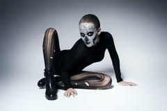 Furchtsame moderne Frau, die auf dem Boden aufwirft Lizenzfreie Stockfotografie