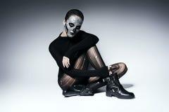 Furchtsame ruhige Frau, die auf dem Boden sitzt Stockbild