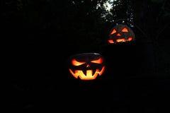 Furchtsame und lustige Kürbise Halloweens auf einer Anmeldung ein Korb im d Stockfoto