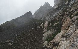 Furchtsamer Bergwandernweg in den Schweizer Alpen während eines Gewitters, latgassli, brienzer rothorn die Schweiz stockfoto