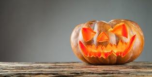 Furchtsamer Halloween-Kürbis auf hölzernen Planken Stockbild