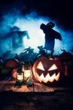 Furchtsamer Halloween-Kürbis mit blauem Nebel und Vogelscheuchen Lizenzfreie Stockbilder