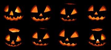 Furchtsamer Halloween-Kürbissatz lokalisiert auf einem schwarzen Hintergrund stockfotografie