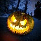 Furchtsamer Halloween-Kürbis im dunklen Wald Lizenzfreies Stockfoto
