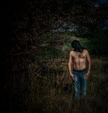Furchtsamer Hintergrund mit einem Mann lizenzfreies stockfoto