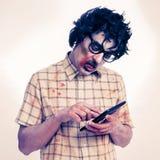 Furchtsamer Hippie-Zombie, der einen Tablet-Computer, mit einem Filter effe verwendet Lizenzfreie Stockfotografie