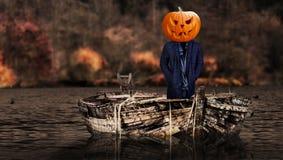 Furchtsamer Kürbis Halloweens ging Geistperson auf einem Bootsschwimmen voran lizenzfreie stockbilder
