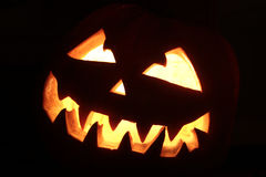 Furchtsamer lächelnder Halloween-Kürbis Stockfoto