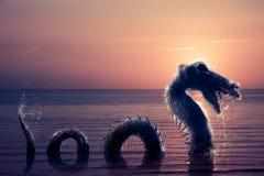 Furchtsamer Loch Ness Monster, die vom Wasser auftaucht Lizenzfreie Stockfotografie