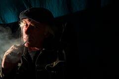 Furchtsamer Mann in der Dunkelheit Stockbilder