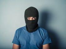 Furchtsamer Mann, der einen Kopfschutz trägt Stockfoto