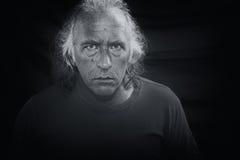 Furchtsamer Mann, der entlang des Projektors anstarrt Stockfotografie