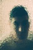 Furchtsamer Mann hinter dem Glas stockfotos