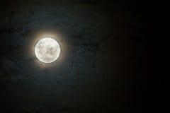 Furchtsamer Mond auf dunkler und bewölkter Nacht mit Halo Stockfotos