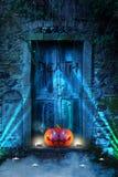 Furchtsamer orange Halloween-Kürbis mit dem Glühen mustert vor Hölle ` s Tür lizenzfreie abbildung