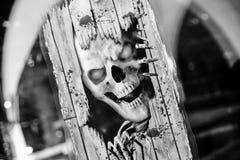 Furchtsamer Schädel des Horrors im abstrakten Hintergrund Halloween-Schwarzweiss-Tapete stockfotografie