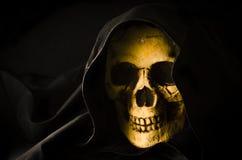 Furchtsamer Schädelkopf in der schwarzen Haube Lizenzfreies Stockbild