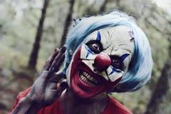 Furchtsamer schlechter Clown im Wald lizenzfreies stockbild