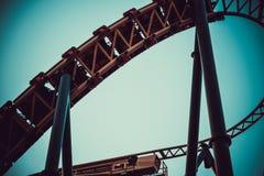 Furchtsamer Spaß auf einer umgedrehten Achterbahn Lizenzfreie Stockfotografie