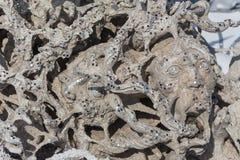 Furchtsamer Stein - Felsenskulpturen von riesigen Köpfen schnitzten in die Sandsteinklippe Lizenzfreie Stockfotografie