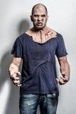 Furchtsamer und blutiger Zombiemann Stockfoto