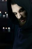Furchtsamer Vampir, der Kamera mit Reißzähnen schaut lizenzfreie stockfotografie