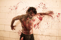 Furchtsamer Zombie in der frequentierten Schule Stockfoto