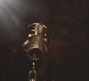 Furchtsames dunkles Schwein-Mann-Gesicht auf schwarzem Hintergrund Stockfotografie