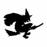 Furchtsames Halloween-Hexenfliegen auf Besen Stockfoto