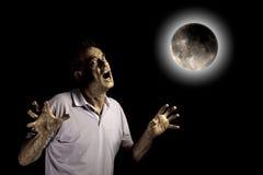 Furchtsames Mann-Tier unter Mond bei Halloween stockfotos