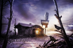 Furchtsames Motel im trostlosen Bereich lizenzfreie stockbilder