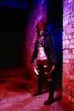 Furchtsames Porträt einer verärgerten Wahnsinnigefrau mit zwei machetas im Blut in Halloween-Art Lizenzfreies Stockbild