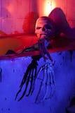Furchtsames Skelett in der Badewanne Stockfotos