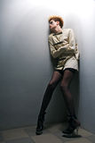 Furchtsames Zombiemädchen im grauen Raum lizenzfreies stockfoto