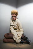 Furchtsames Zombiemädchen im grauen Raum lizenzfreies stockbild