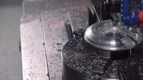 Fure formas de trituração fora de uma parte do metal em uma máquina do CNC vídeos de arquivo