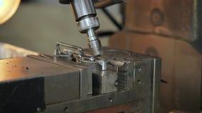 Fure formas de tritura??o fora de uma parte do metal em uma m?quina do CNC video estoque